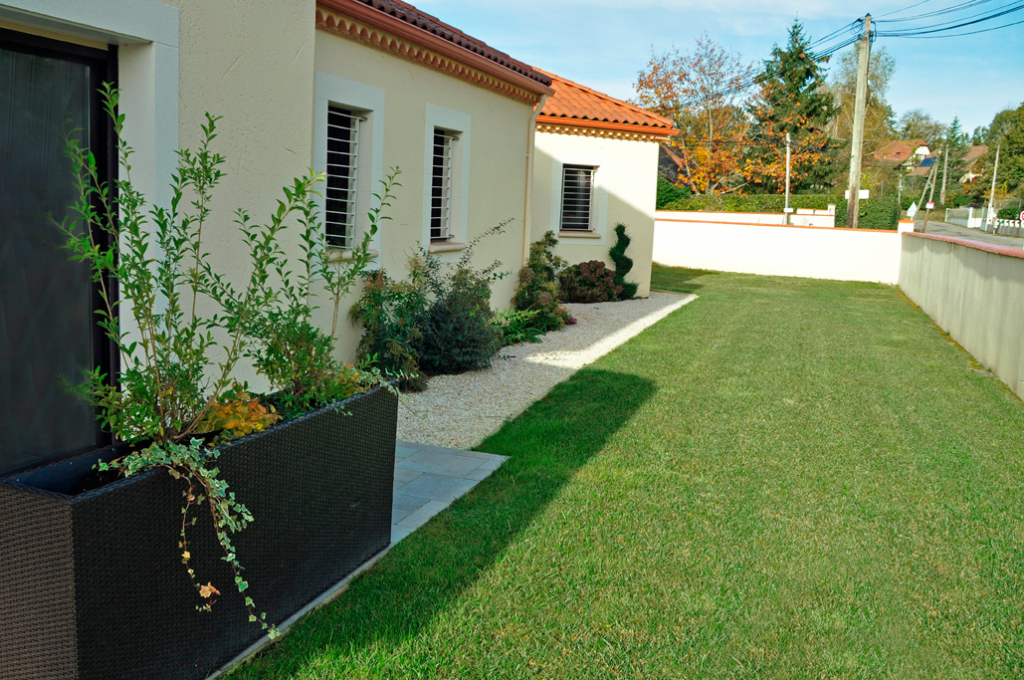 Amenagement jardin devant maison - Amenagement paysager devant maison ...