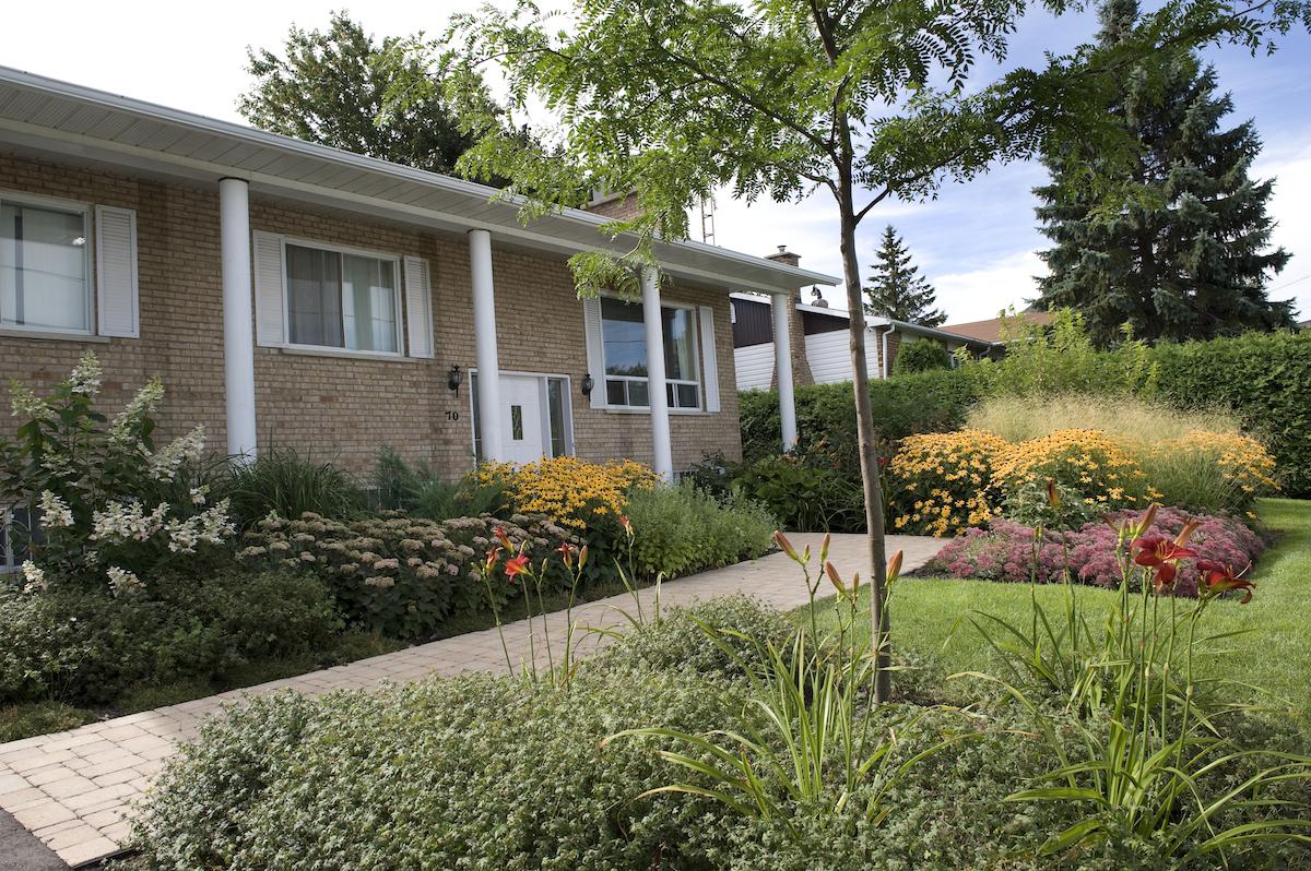 Amenagement jardin facade - Amenagement de cour de maison ...