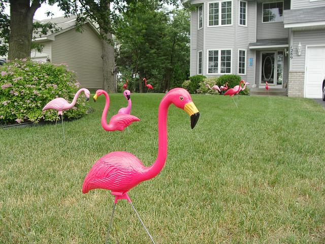 decoration jardin flamant rose